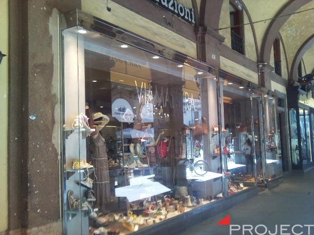 Vetrine e particolari di arredamento negozi project for Negozi di arredamento torino